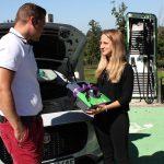 Sophie Huber, Gewinnerin unserer Wallbox, bei uns zu Gast im Ladepark in Ruderting